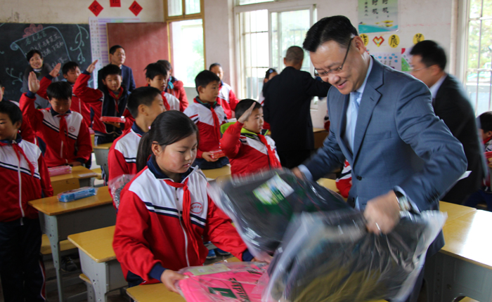 Jeff Zhu delivers schoolbags to students